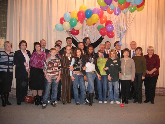 Участники Детской социальной службы в Медведково сфотографировались на память с гостями праздника.