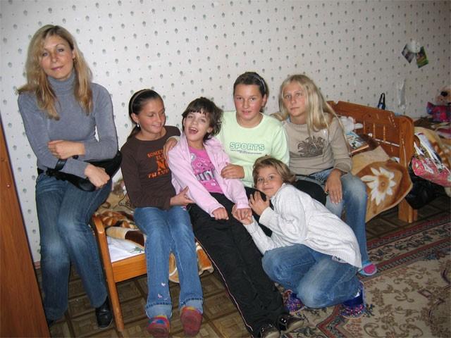 Посмотрите, какое счастливое лицо у Ирочки Александровой! У нее появились подружки из детского дома 59