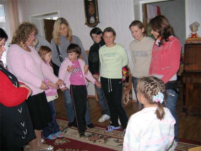 Ира в гостях у девочек младшей группы. Они подготовили для нее мини-концерт