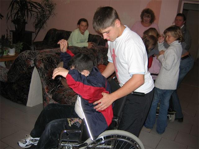 Саша Демин помогает Гусейнову Джамалу одеться