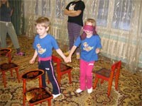 Помогаем «незрячему» пройти через лабиринт стульев